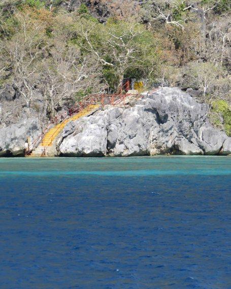 entrance to the Sawa-i-Lau caves