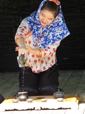 Hui'an woman pour tea